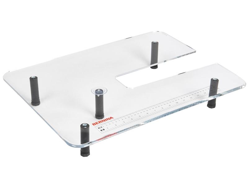 Stolik powiększający pole pracy do maszyny do szycia, hafciarek i multi-hafciarek BERNINA Professional. Dosuwany z nóżkami.